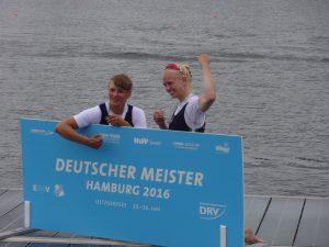 Julia Leiding (links) bei Siegerehrung (Foto: Leiding)