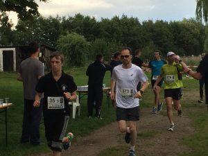 Die Läufer durchlaufen das Gelände des RRC am Gehlsdorfer Ufer (Foto: C. Leiding)