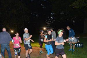 Die Marathonläufer erfrischen und stärken sich beim RRC (Foto: Heinrich)